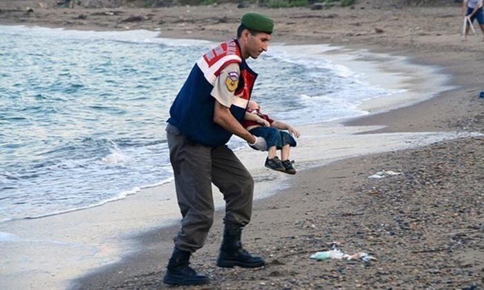 Những bức ảnh lay động lòng người cho thấy sự tàn nhẫn của thảm họa di cư, khi hàng rào thép gai nơi biên giới cứa nát cuộc đời những đứa trẻ-4