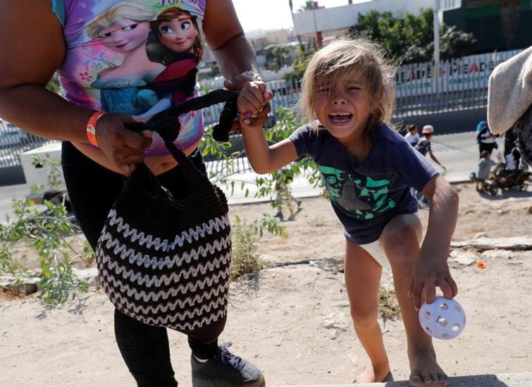 Những bức ảnh lay động lòng người cho thấy sự tàn nhẫn của thảm họa di cư, khi hàng rào thép gai nơi biên giới cứa nát cuộc đời những đứa trẻ-5