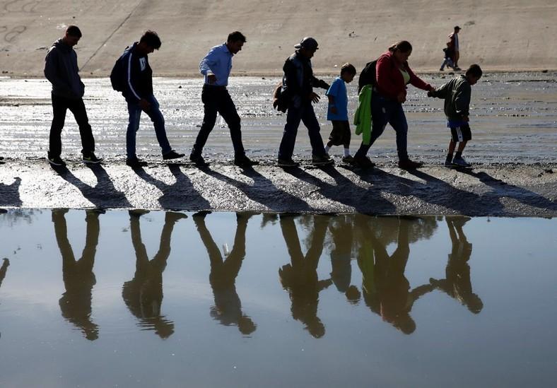 Những bức ảnh lay động lòng người cho thấy sự tàn nhẫn của thảm họa di cư, khi hàng rào thép gai nơi biên giới cứa nát cuộc đời những đứa trẻ-6