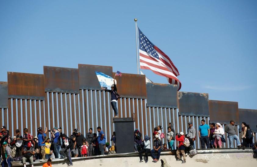 Những bức ảnh lay động lòng người cho thấy sự tàn nhẫn của thảm họa di cư, khi hàng rào thép gai nơi biên giới cứa nát cuộc đời những đứa trẻ-7