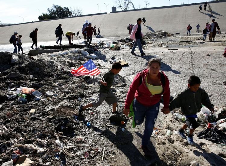 Những bức ảnh lay động lòng người cho thấy sự tàn nhẫn của thảm họa di cư, khi hàng rào thép gai nơi biên giới cứa nát cuộc đời những đứa trẻ-8