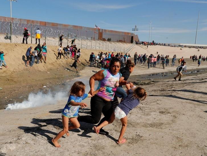 Những bức ảnh lay động lòng người cho thấy sự tàn nhẫn của thảm họa di cư, khi hàng rào thép gai nơi biên giới cứa nát cuộc đời những đứa trẻ-10