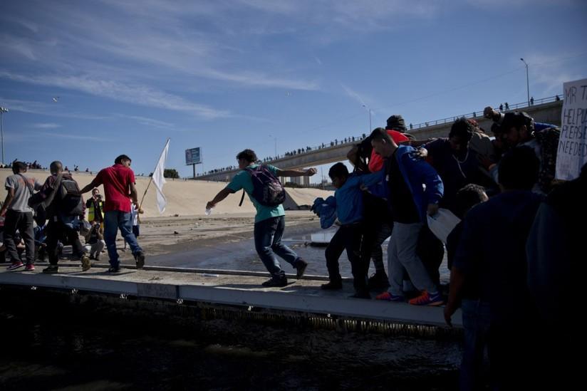 Những bức ảnh lay động lòng người cho thấy sự tàn nhẫn của thảm họa di cư, khi hàng rào thép gai nơi biên giới cứa nát cuộc đời những đứa trẻ-11