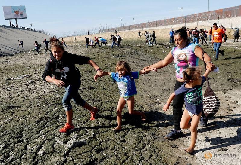 Những bức ảnh lay động lòng người cho thấy sự tàn nhẫn của thảm họa di cư, khi hàng rào thép gai nơi biên giới cứa nát cuộc đời những đứa trẻ-13