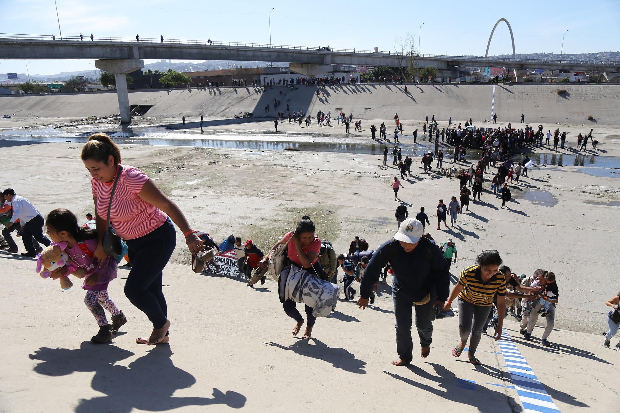 Những bức ảnh lay động lòng người cho thấy sự tàn nhẫn của thảm họa di cư, khi hàng rào thép gai nơi biên giới cứa nát cuộc đời những đứa trẻ-14
