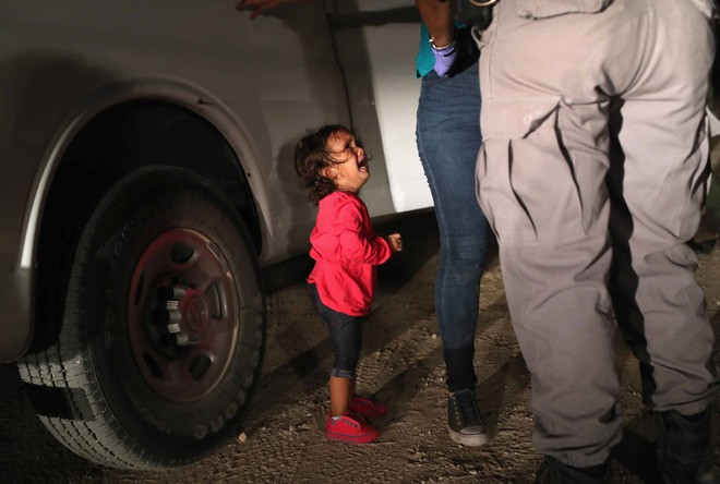 Những bức ảnh lay động lòng người cho thấy sự tàn nhẫn của thảm họa di cư, khi hàng rào thép gai nơi biên giới cứa nát cuộc đời những đứa trẻ-15