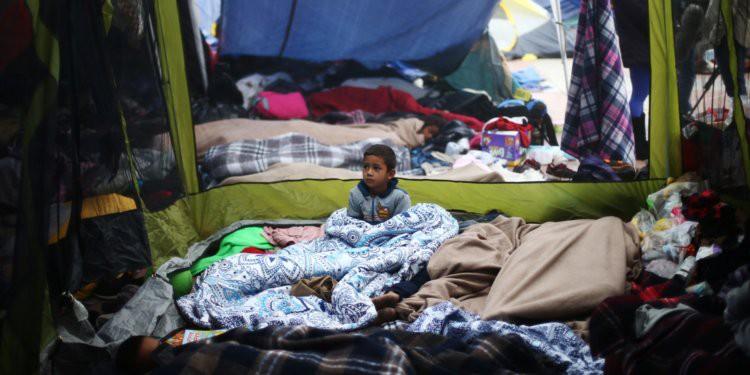 Những bức ảnh lay động lòng người cho thấy sự tàn nhẫn của thảm họa di cư, khi hàng rào thép gai nơi biên giới cứa nát cuộc đời những đứa trẻ-16