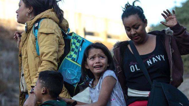 Những bức ảnh lay động lòng người cho thấy sự tàn nhẫn của thảm họa di cư, khi hàng rào thép gai nơi biên giới cứa nát cuộc đời những đứa trẻ-17