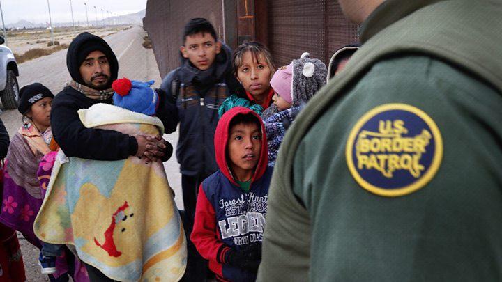 Những bức ảnh lay động lòng người cho thấy sự tàn nhẫn của thảm họa di cư, khi hàng rào thép gai nơi biên giới cứa nát cuộc đời những đứa trẻ-18