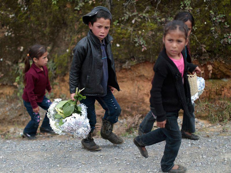 Những bức ảnh lay động lòng người cho thấy sự tàn nhẫn của thảm họa di cư, khi hàng rào thép gai nơi biên giới cứa nát cuộc đời những đứa trẻ-19