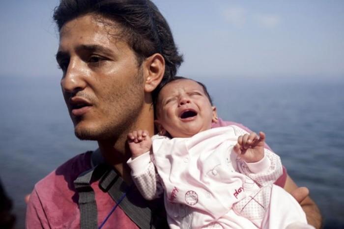 Những bức ảnh lay động lòng người cho thấy sự tàn nhẫn của thảm họa di cư, khi hàng rào thép gai nơi biên giới cứa nát cuộc đời những đứa trẻ-20