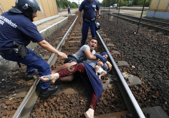 Những bức ảnh lay động lòng người cho thấy sự tàn nhẫn của thảm họa di cư, khi hàng rào thép gai nơi biên giới cứa nát cuộc đời những đứa trẻ-21