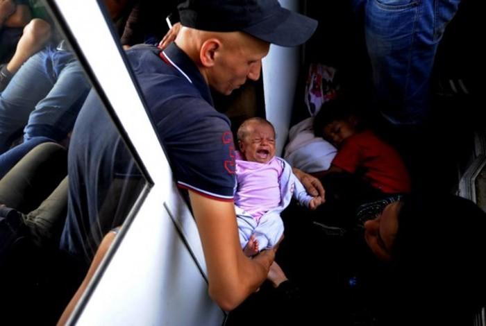 Những bức ảnh lay động lòng người cho thấy sự tàn nhẫn của thảm họa di cư, khi hàng rào thép gai nơi biên giới cứa nát cuộc đời những đứa trẻ-24