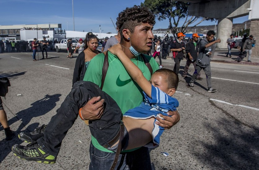 Những bức ảnh lay động lòng người cho thấy sự tàn nhẫn của thảm họa di cư, khi hàng rào thép gai nơi biên giới cứa nát cuộc đời những đứa trẻ-9