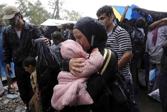 Những bức ảnh lay động lòng người cho thấy sự tàn nhẫn của thảm họa di cư, khi hàng rào thép gai nơi biên giới cứa nát cuộc đời những đứa trẻ-25