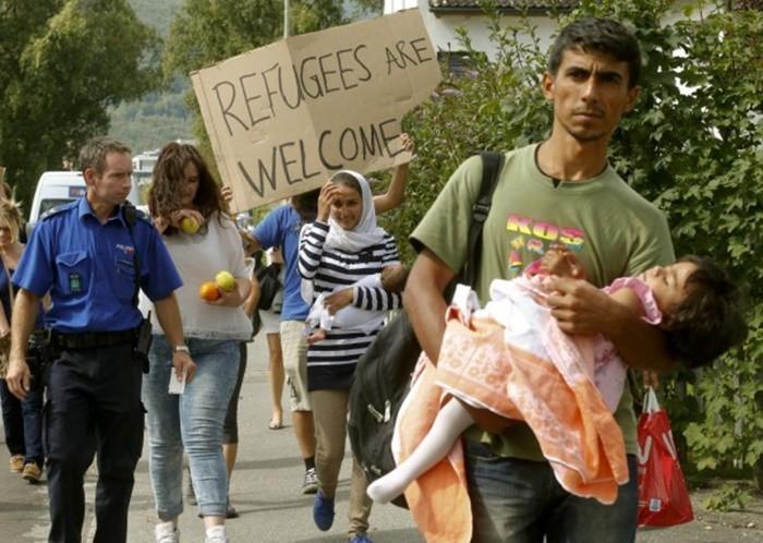 Những bức ảnh lay động lòng người cho thấy sự tàn nhẫn của thảm họa di cư, khi hàng rào thép gai nơi biên giới cứa nát cuộc đời những đứa trẻ-26