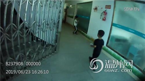 Bắt gặp bé trai 4 tuổi đi lang thang trên đường, cảnh sát hỏi ra mới biết câu chuyện đằng sau đáng khen về đứa trẻ-2