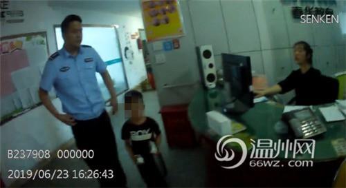 Bắt gặp bé trai 4 tuổi đi lang thang trên đường, cảnh sát hỏi ra mới biết câu chuyện đằng sau đáng khen về đứa trẻ-3