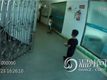 Bắt gặp bé trai 4 tuổi đi lang thang trên đường, cảnh sát hỏi ra mới biết câu chuyện đằng sau đáng khen về đứa trẻ