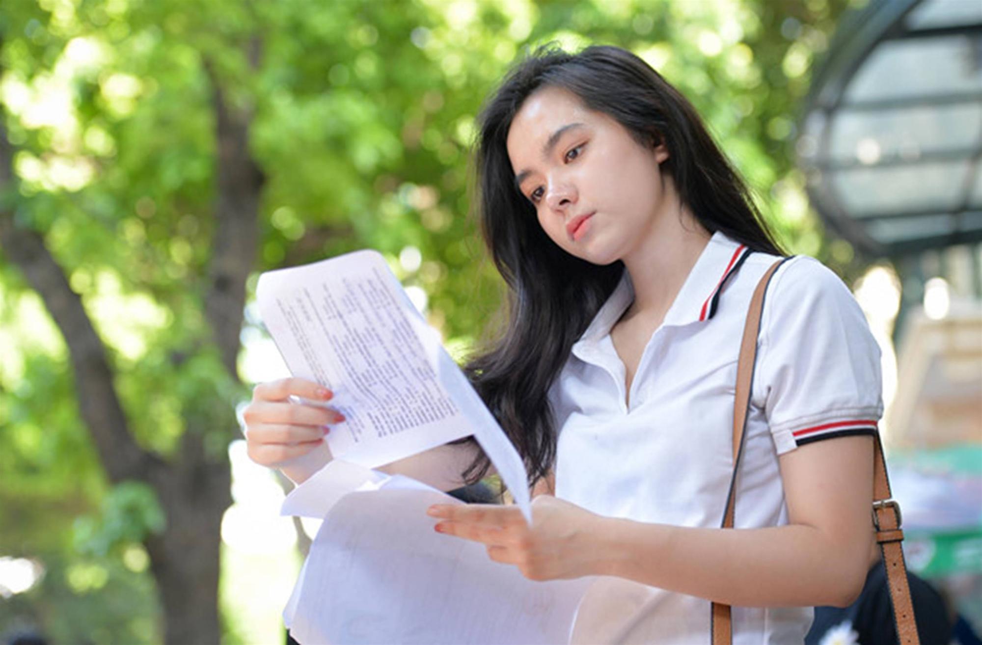 Nhan sắc nữ sinh mang 3 dòng máu nổi bật trong ngày thi THPT quốc gia-1