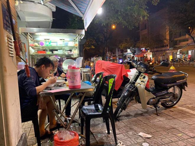 Thanh niên một mình đi ăn hủ tiếu, gặp cụ già bán vé số và hành động ấm lòng ngay sau đó-1