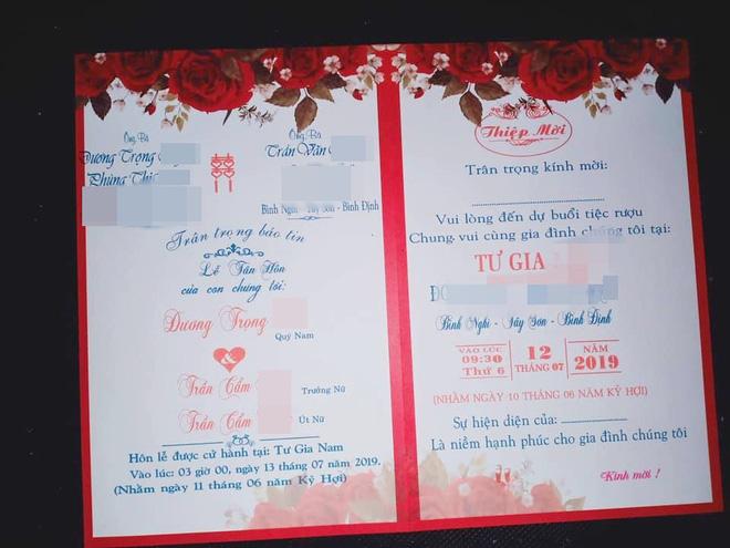 Hình ảnh tấm thiệp cưới ghi tên một chú rể nhưng có đến tận 2 cô dâu là chị em ruột ở Bình Định khiến nhiều người xôn xao-1