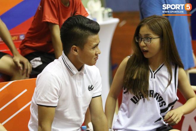 Quang Hải tình cảm với người yêu, Văn Hậu trổ tài chơi bóng rổ đầy ngẫu hứng-2