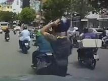 Bị ép vào ôtô, thanh niên lấy mũ bảo hiểm ném vào xe máy