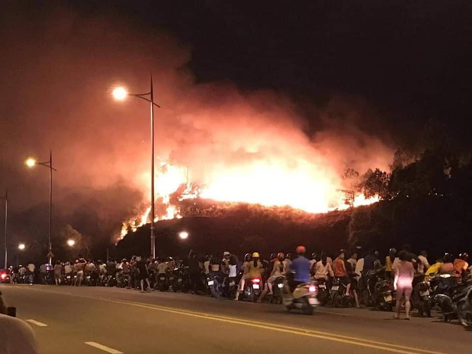 Cháy rừng ở Hà Tĩnh đe doạ nhiều nhà dân, hàng trăm người nỗ lực dập lửa gần 10 tiếng đồng hồ-1