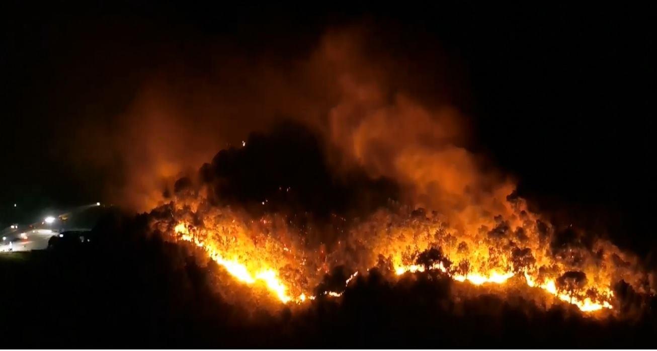 Cháy rừng ở Hà Tĩnh đe doạ nhiều nhà dân, hàng trăm người nỗ lực dập lửa gần 10 tiếng đồng hồ-3