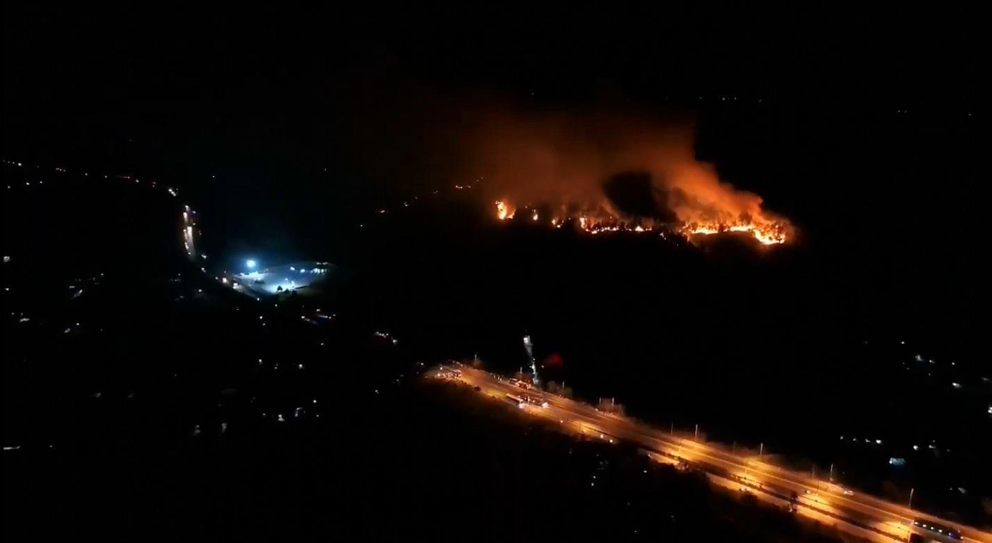 Cháy rừng ở Hà Tĩnh đe doạ nhiều nhà dân, hàng trăm người nỗ lực dập lửa gần 10 tiếng đồng hồ-4