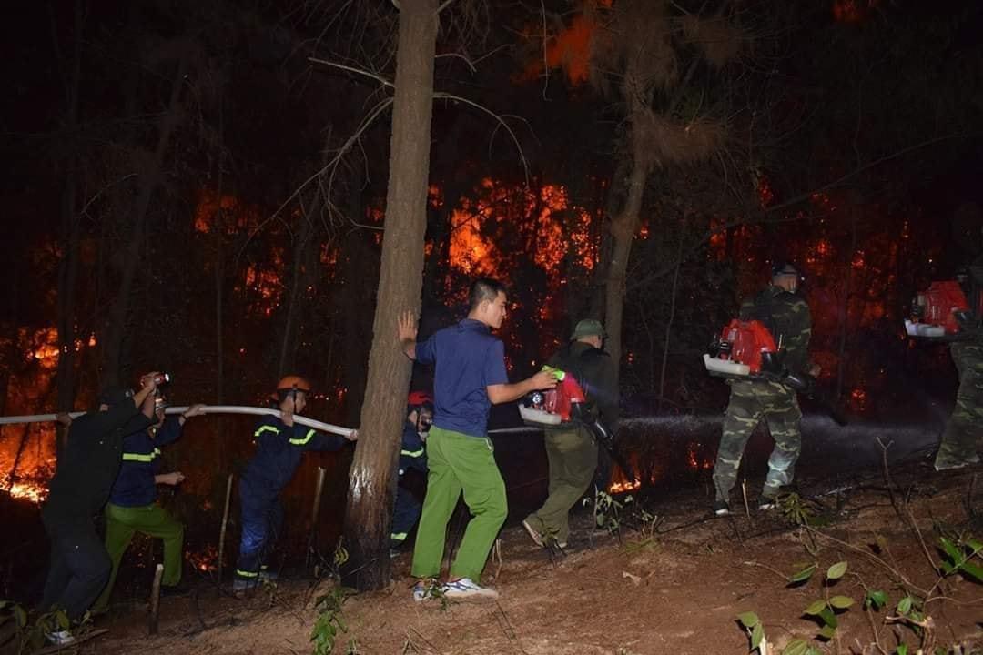 20 tiếng dầm mình trong biển lửa cứu rừng ngùn ngụt cháy ở Hà Tĩnh-1