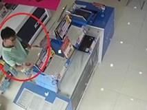 Người đàn ông đi ôtô sang trộm laptop trong cửa hàng