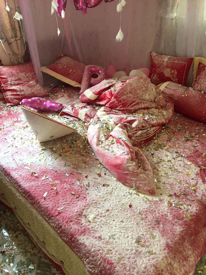 Bước vào phòng cưới, cô dâu giật mình khi nhìn thấy những thứ vương vãi trên giường-1