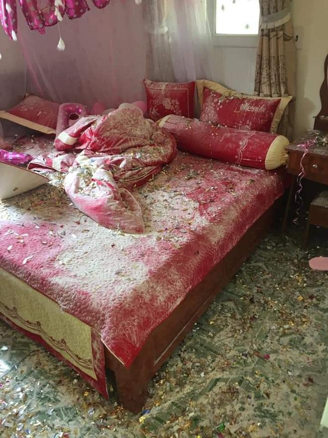 Bước vào phòng cưới, cô dâu giật mình khi nhìn thấy những thứ vương vãi trên giường-2