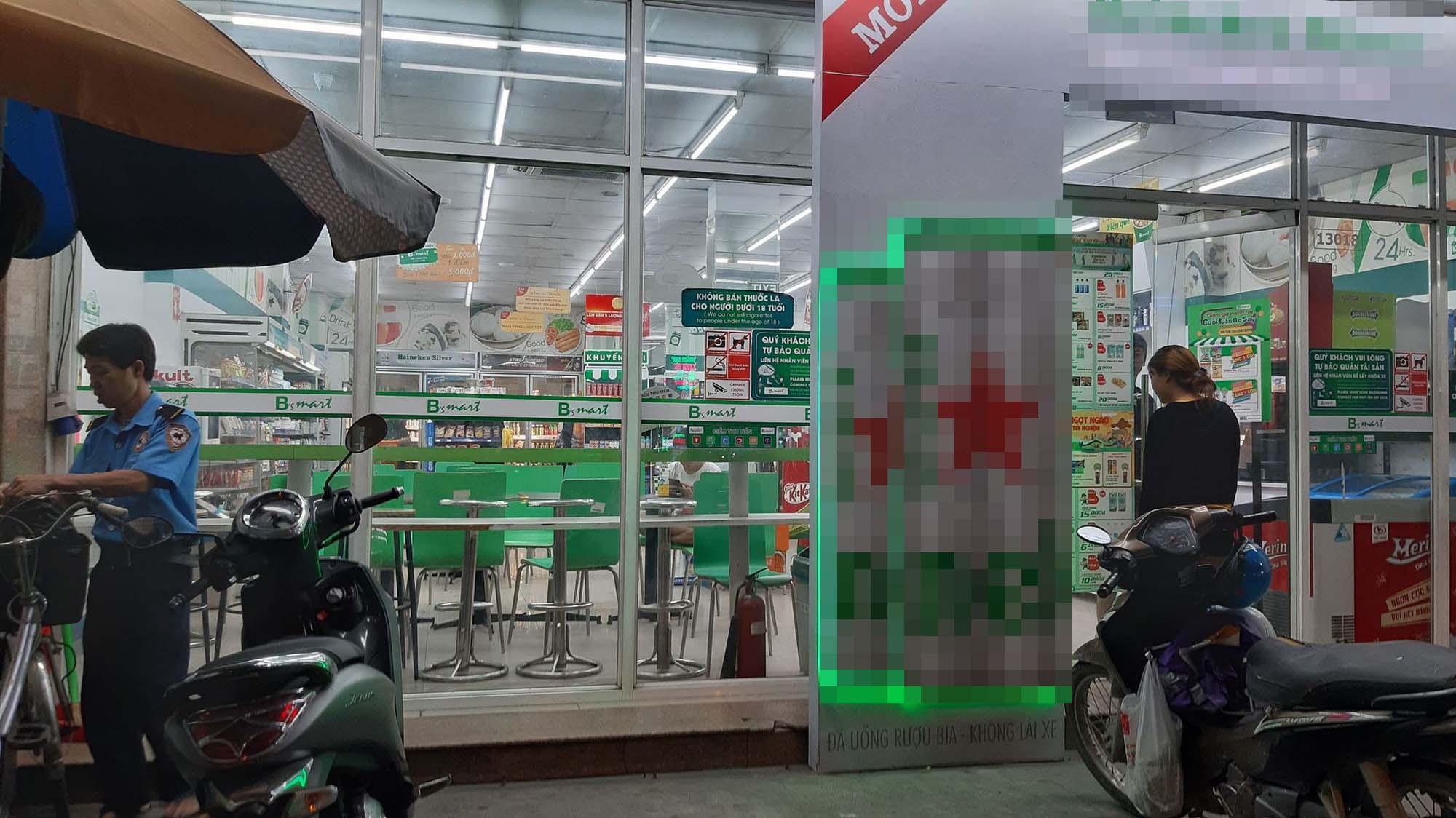 TP.HCM: Nhắc khách mua đồ quên tính tiền, bác bảo vệ cửa hàng tiện lợi bị đánh sưng mặt-1