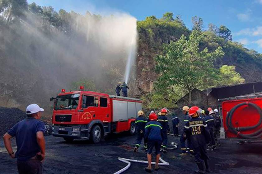 Cháy rừng lớn nhất ở Hà Tĩnh, chặn quốc lộ 1A, nghìn người dập lửa-1