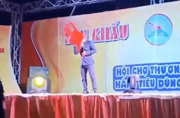 Ca sĩ hội chợ Du Thiên bị khán giả ném thẳng ghế nhựa vào người khi đang đứng hát-1