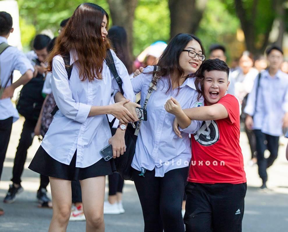 Cậu bé trong bức ảnh ôm chầm lấy chị gái sung sướng khi kết thúc kỳ thi THPT Quốc gia: Chị được điểm cao em cho hẳn 4 triệu!-1
