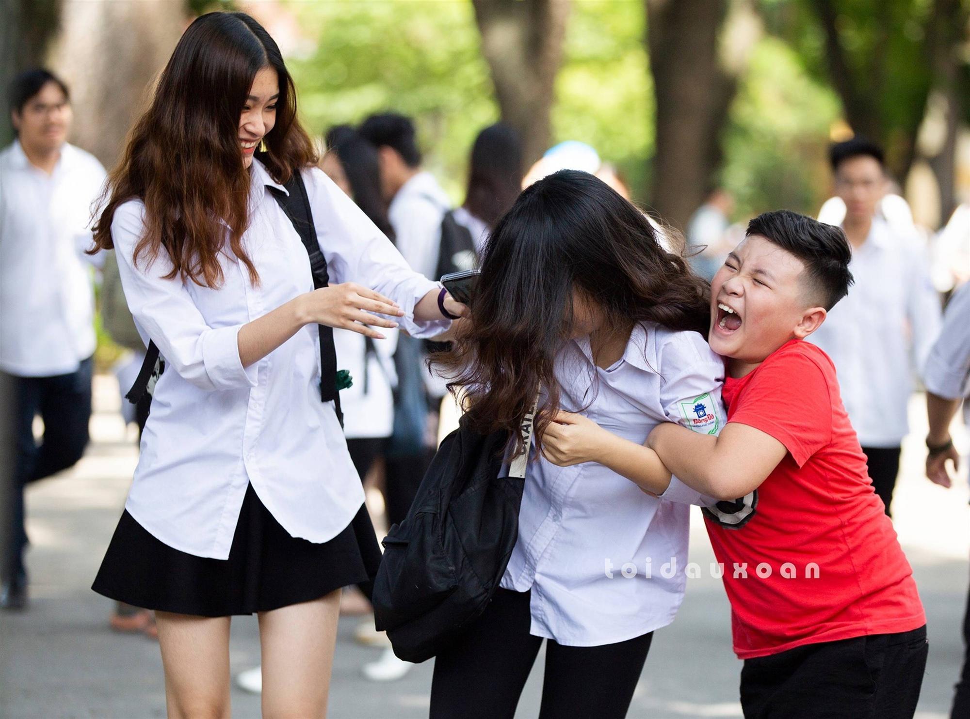Cậu bé trong bức ảnh ôm chầm lấy chị gái sung sướng khi kết thúc kỳ thi THPT Quốc gia: Chị được điểm cao em cho hẳn 4 triệu!-2