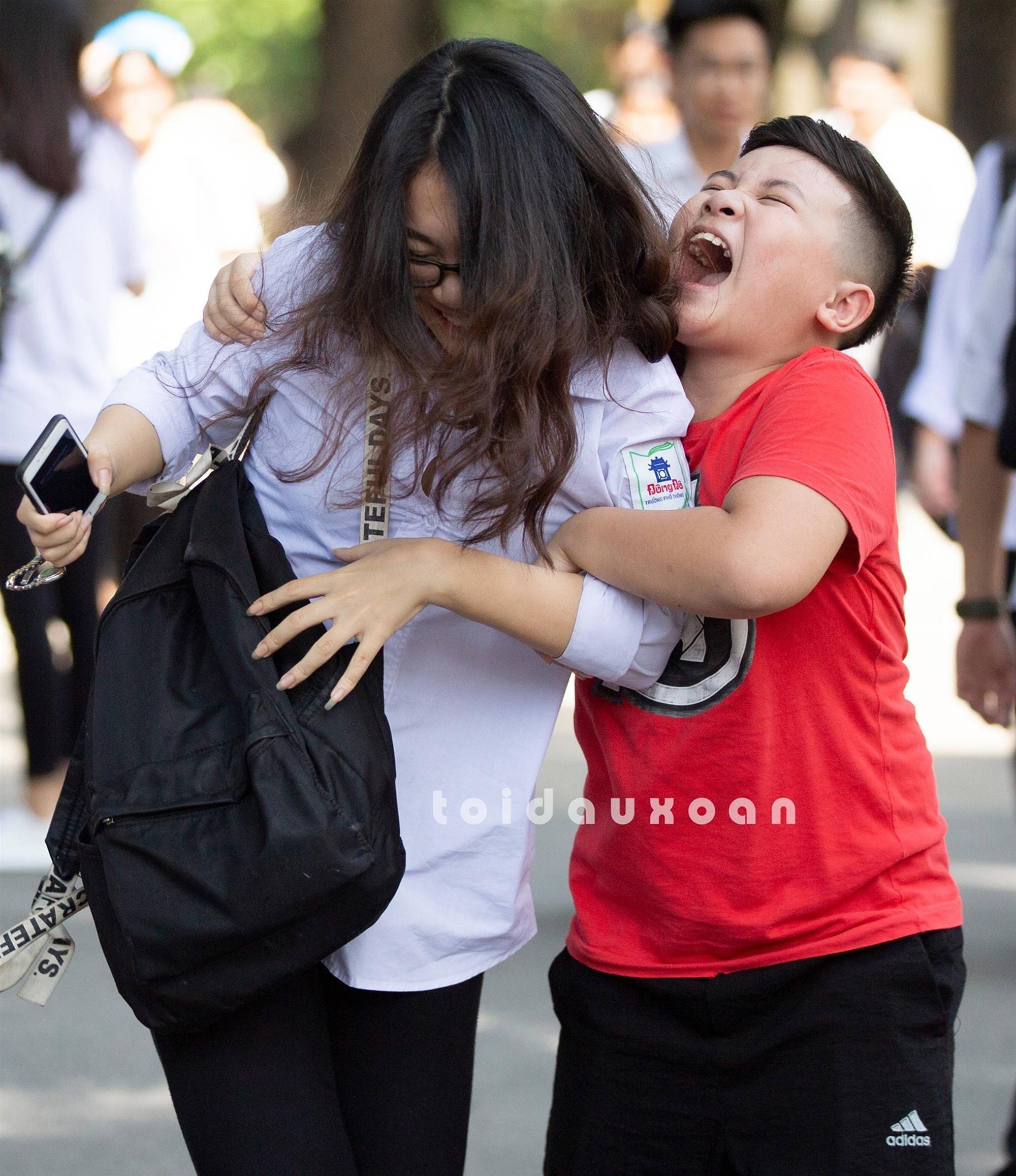 Cậu bé trong bức ảnh ôm chầm lấy chị gái sung sướng khi kết thúc kỳ thi THPT Quốc gia: Chị được điểm cao em cho hẳn 4 triệu!-3