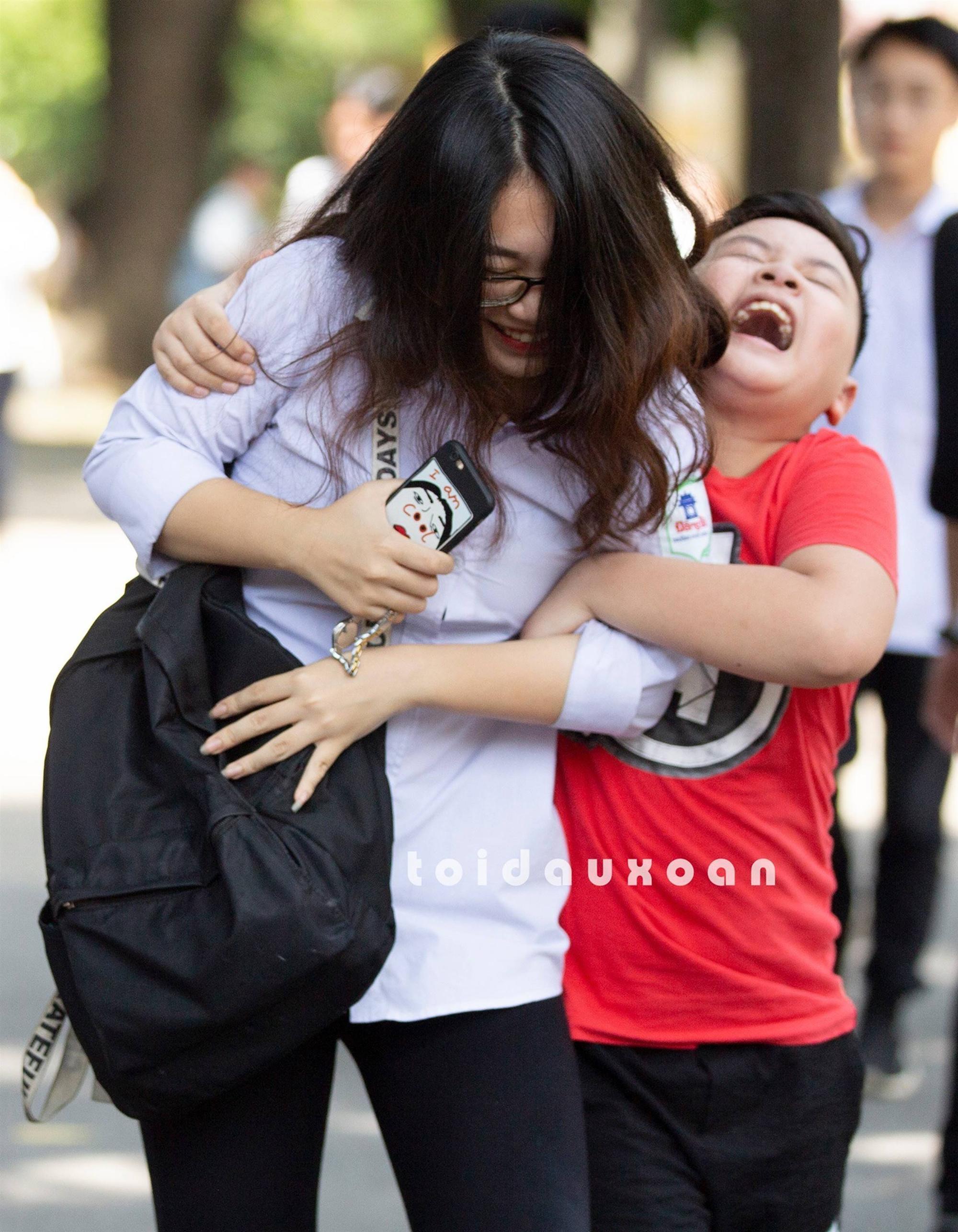 Cậu bé trong bức ảnh ôm chầm lấy chị gái sung sướng khi kết thúc kỳ thi THPT Quốc gia: Chị được điểm cao em cho hẳn 4 triệu!-4