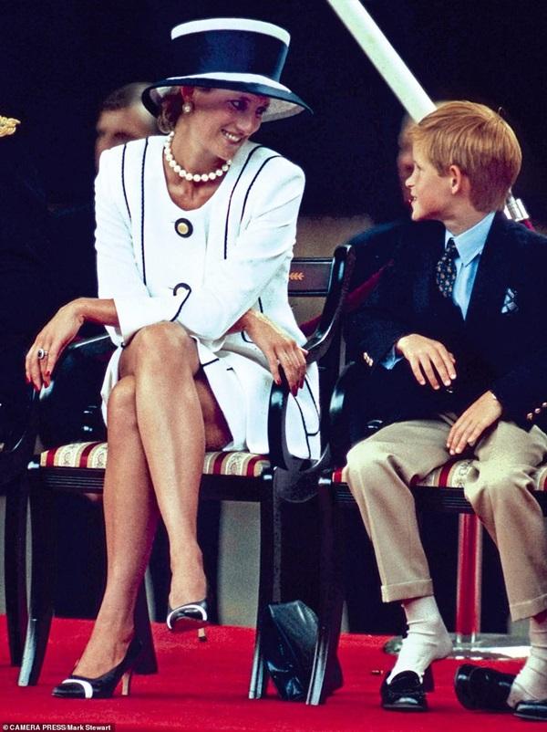 Lần đầu hé lộ những khoảnh khắc hiếm có của cố Công nương Diana, từ chiếc váy hở ngực táo bạo cho đến những câu chuyện ẩn chứa sau đó-1