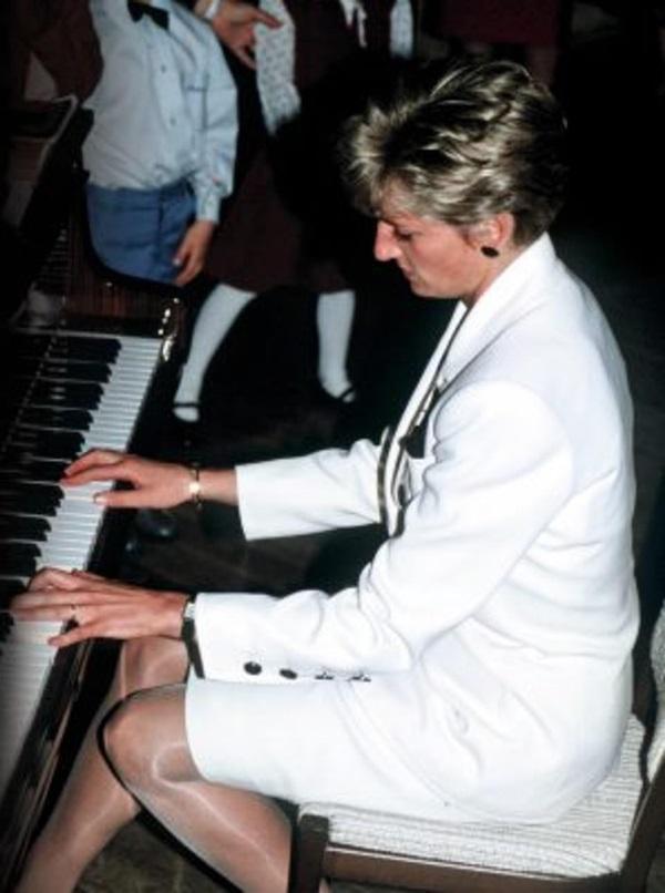 Lần đầu hé lộ những khoảnh khắc hiếm có của cố Công nương Diana, từ chiếc váy hở ngực táo bạo cho đến những câu chuyện ẩn chứa sau đó-4