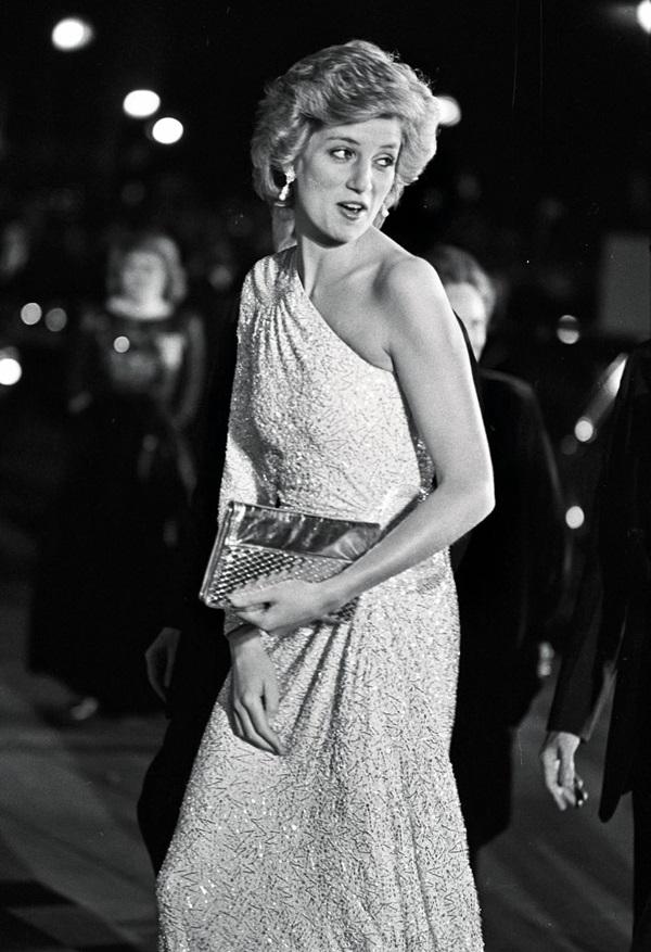 Lần đầu hé lộ những khoảnh khắc hiếm có của cố Công nương Diana, từ chiếc váy hở ngực táo bạo cho đến những câu chuyện ẩn chứa sau đó-6