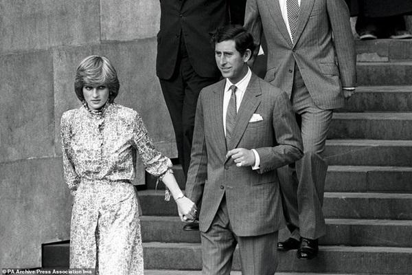 Lần đầu hé lộ những khoảnh khắc hiếm có của cố Công nương Diana, từ chiếc váy hở ngực táo bạo cho đến những câu chuyện ẩn chứa sau đó-7