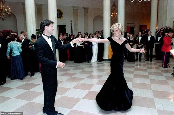 Lần đầu hé lộ những khoảnh khắc hiếm có của cố Công nương Diana, từ chiếc váy hở ngực táo bạo cho đến những câu chuyện ẩn chứa sau đó-8