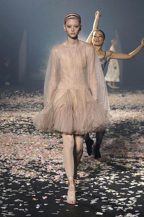 Đụng váy Dior: Song Hye Kyo thần thái xuất hiện trên tạp chí khi mới lục đục hôn nhân, Diễm My 9x kém sắc hơn hẳn-2
