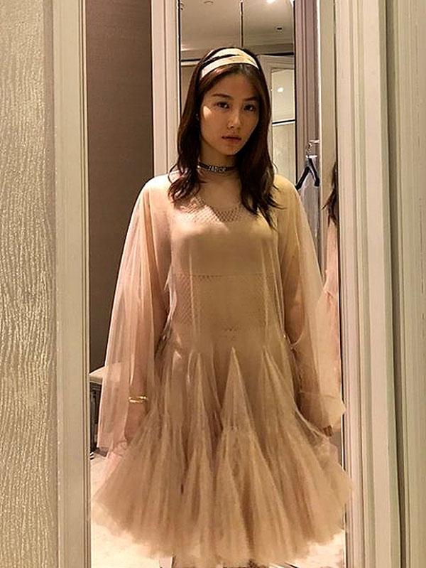 Đụng váy Dior: Song Hye Kyo thần thái xuất hiện trên tạp chí khi mới lục đục hôn nhân, Diễm My 9x kém sắc hơn hẳn-4