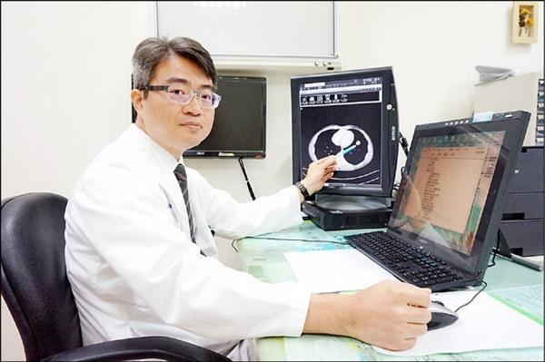 Ho kéo dài, chàng kiến trúc sư 27 tuổi chủ quan bỏ qua, đến lúc đau ngực mới đi khám thì đã bị ung thư phổi-2